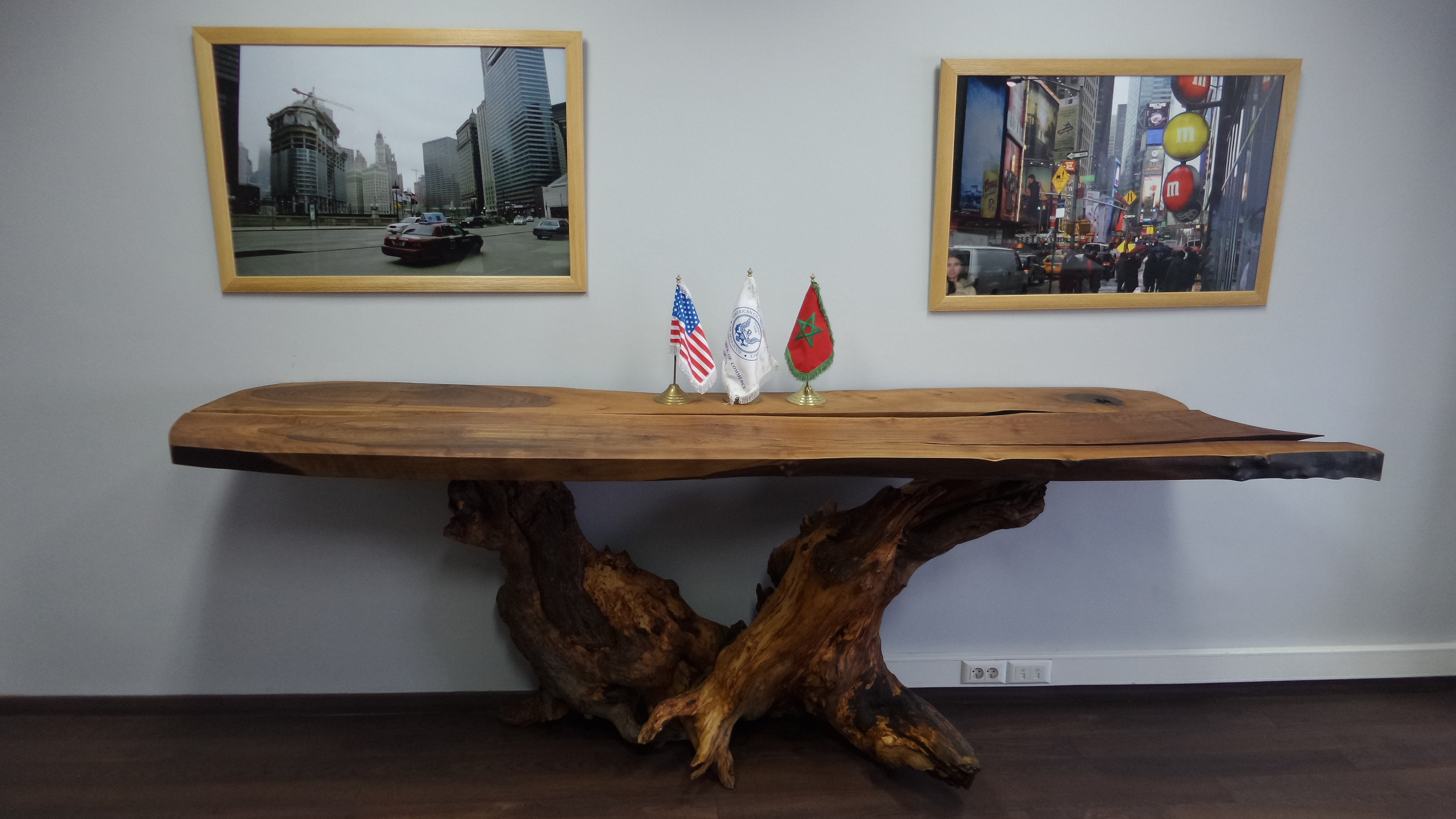 Walnut and argan table - Amcham